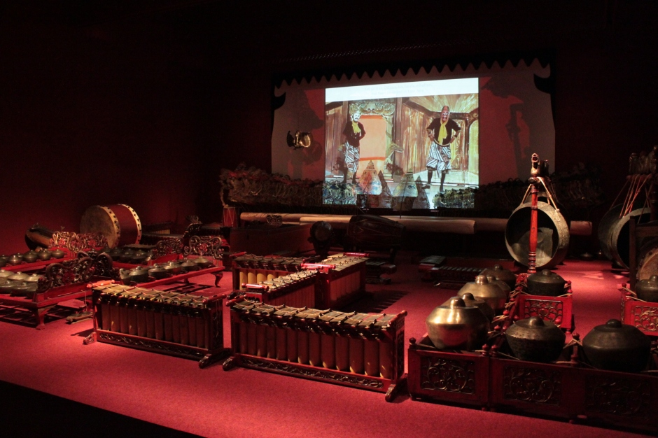 Javanese Gamelan ensemble with more than 50 instruments, located at the beginning of the exhibition.